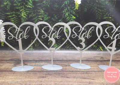 Numery stołów ze sklejki malowany na srebrno (2) Serce