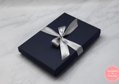 Zaproszenia dla rodziców w tekturowym pudełku z bezbarwnej plexi