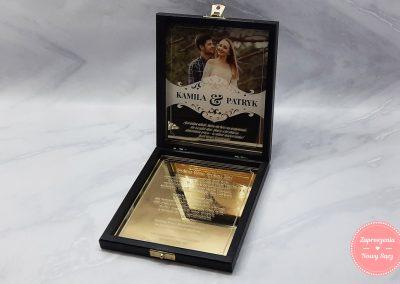 Zaproszenia dla rodziców w drewnianym pudełku z lustrzanym plexi